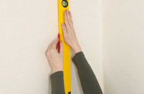 Как правильно клеить флизелиновые обои в углах метровые. Как клеить флизелиновые обои: наносим метровые полосы своими руками без пузырей